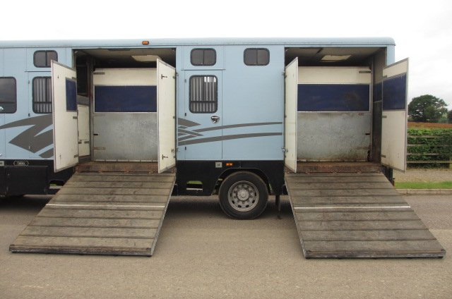 Renault Midliner Oakley Transport box. Stalled for 6 facing forward. Two side ramps