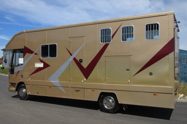 2001 Iveco Eurocargo 75E15 Coach built horsebox. Stalled for 3 with smart living.. VERY SMART 7.5 TON HORSEBOX.