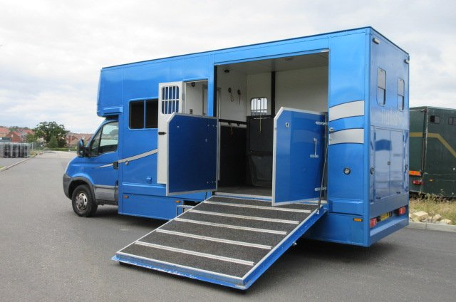 2010 Iveco Daily 5.2 Ton Coach built by Huntsman horseboxes. Stalled for 2 forward facing. Smart living... LIKE NEW!